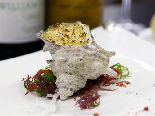 旬の美味をお届け♪シェフこだわりの逸品・釜サザエのパイ包とワインのマリアージュで愉しむフレンチ懐石